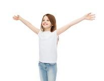 Adolescente sonriente con las manos aumentadas Foto de archivo