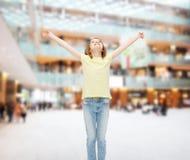 Adolescente sonriente con las manos aumentadas Fotografía de archivo