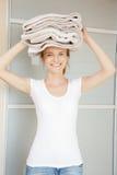 Adolescente sonriente con las toallas Fotografía de archivo libre de regalías