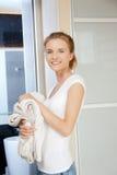 Adolescente sonriente con las toallas Imágenes de archivo libres de regalías