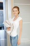 Adolescente sonriente con las toallas Fotos de archivo