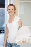 Adolescente sonriente con las toallas Fotos de archivo libres de regalías