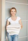 Adolescente sonriente con las toallas Imagenes de archivo