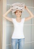 Adolescente sonriente con las toallas Fotografía de archivo