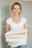 Adolescente sonriente con las toallas Foto de archivo libre de regalías