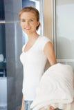Adolescente sonriente con las toallas Imagen de archivo