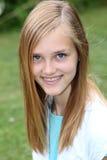 Adolescente sonriente con los apoyos en sus dientes Fotos de archivo