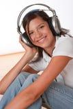 Adolescente sonriente con los auriculares Fotos de archivo libres de regalías