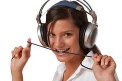 Adolescente sonriente con los auriculares Fotos de archivo