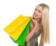 Adolescente sonriente con los bolsos de compras Foto de archivo