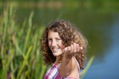 Adolescente sonriente con los brazos extendidos Foto de archivo