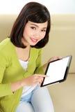Adolescente sonriente con PC de la tableta Imagenes de archivo