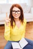 Adolescente sonriente con PC de la tableta en casa Fotos de archivo libres de regalías