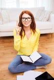 Adolescente sonriente con PC de la tableta en casa Fotos de archivo