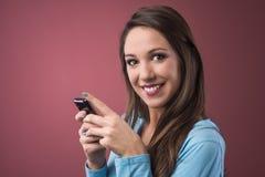 Adolescente sonriente con smartphone Fotografía de archivo libre de regalías