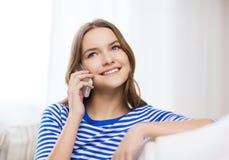 Adolescente sonriente con smartphone en casa Fotos de archivo
