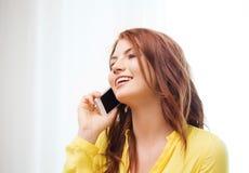 Adolescente sonriente con smartphone en casa Fotos de archivo libres de regalías