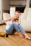 Adolescente sonriente con teledirigido Imagen de archivo