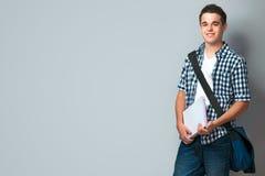 Adolescente sonriente con una cartera Fotografía de archivo