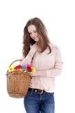 Adolescente sonriente con una cesta de flores Foto de archivo