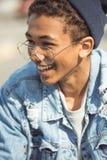 Adolescente sonriente, concepto del estilo del inconformista Foto de archivo libre de regalías