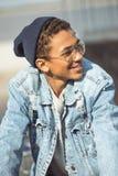 Adolescente sonriente, concepto del estilo del inconformista Imágenes de archivo libres de regalías