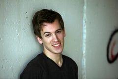 Adolescente sonriente contra la pared Fotos de archivo libres de regalías