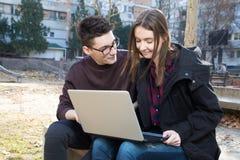 Adolescente sonriente de la High School secundaria dos con el ordenador portátil Foto de archivo