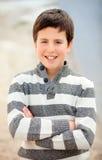 Adolescente sonriente de trece con el suéter rayado Foto de archivo