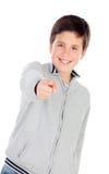 Adolescente sonriente de trece que indican algo Imagen de archivo