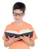 Adolescente sonriente de trece que lee un libro Fotografía de archivo