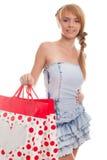 Adolescente sonriente del cuadro brillante con los bolsos de compras Imagenes de archivo