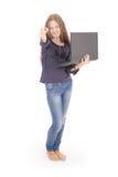 Adolescente sonriente del estudiante con el ordenador portátil Imágenes de archivo libres de regalías