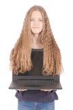 Adolescente sonriente del estudiante con el ordenador portátil Foto de archivo libre de regalías