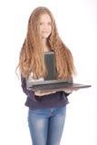 Adolescente sonriente del estudiante con el ordenador portátil Imagen de archivo