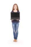 Adolescente sonriente del estudiante con el ordenador portátil Imagen de archivo libre de regalías