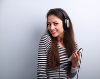 Adolescente sonriente dentudo feliz en auriculares que escucha la música Imagenes de archivo