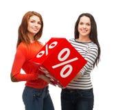 Adolescente sonriente dos con la muestra del por ciento en la caja Imagen de archivo