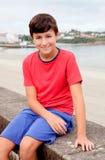 Adolescente sonriente el día de fiesta en la costa Foto de archivo libre de regalías