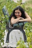 Adolescente sonriente en banco Imagenes de archivo