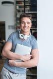 Adolescente sonriente en biblioteca Imagenes de archivo
