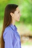 Adolescente sonriente en camisa azul Imagenes de archivo