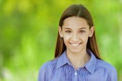 Adolescente sonriente en camisa azul Foto de archivo