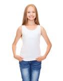 Adolescente sonriente en camisa blanca en blanco Fotos de archivo libres de regalías