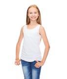 Adolescente sonriente en camisa blanca en blanco Foto de archivo