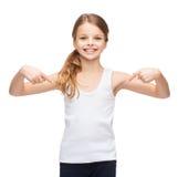 Adolescente sonriente en camisa blanca en blanco Foto de archivo libre de regalías