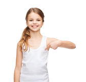 Adolescente sonriente en camisa blanca en blanco Imagen de archivo libre de regalías