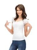 Adolescente sonriente en camiseta blanca en blanco Imagen de archivo libre de regalías