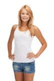 Adolescente sonriente en camiseta blanca en blanco Fotografía de archivo libre de regalías