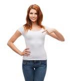 Adolescente sonriente en camiseta blanca en blanco Fotos de archivo